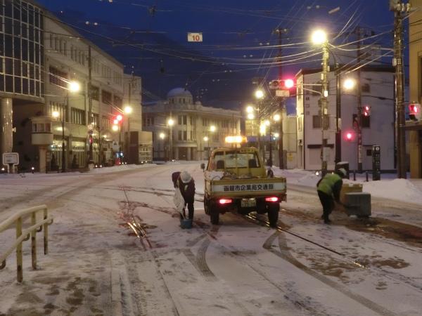 十字街停留場で融雪剤の散布 ...